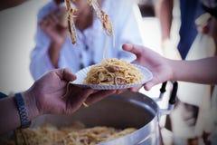 Het voeden van de armen om honger te verminderen Geef concept royalty-vrije stock foto's