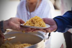 Het voeden van de armen om honger te verminderen Geef concept stock foto