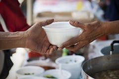 Het voeden van de armen om honger te verminderen Geef concept royalty-vrije stock afbeeldingen