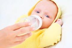 Het voeden van de baby Stock Foto's