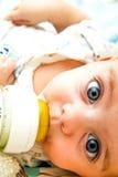 Het voeden van de baby royalty-vrije stock afbeeldingen