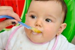Het voeden van de Baby Stock Afbeeldingen
