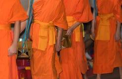 Het voeden van de monniken Het ritueel wordt genoemd Tak Bat, Luang Prabang, Laos Close-up stock fotografie