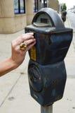 Het voeden van de parkeermeter Royalty-vrije Stock Afbeeldingen