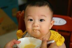 Het voeden van een baby Stock Afbeelding