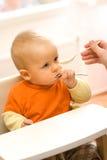 Het voeden van een kleine babyjongen Stock Fotografie