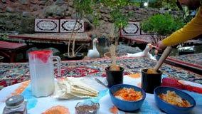 Het voeden van ganzen in koffie van Darband, Tehrn, Iran