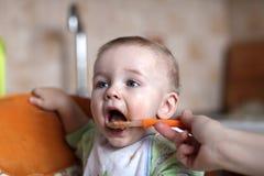 Het voeden van kind Stock Foto's