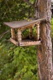 Het voeden van rek voor vogels en eekhoorns. Stock Foto's