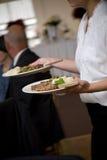Het voedsel dat van het huwelijk door een kelner wordt gediend royalty-vrije stock foto