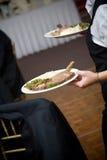 Het voedsel dat van het huwelijk door een kelner wordt gediend Royalty-vrije Stock Foto's