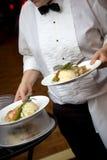 Het voedsel dat van het huwelijk door een kelner wordt gediend royalty-vrije stock afbeelding
