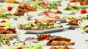 Het voedsel diende op de lijst, de Zweedse lijst: vlees, rijst, deegwaren, salades stock videobeelden