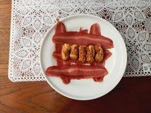 Het voedsel ontbreekt - Beeld van een gerimpelde droge kleine die worst wordt verfraaid met Royalty-vrije Stock Foto's