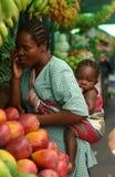 HET VOEDSEL VAN DE BAAI VAN VROUWEN IN MOSAMBIQUE Stock Afbeelding