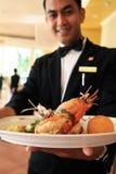 Het voedsel van de de kelnersholding van het restaurant Stock Afbeelding
