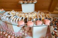 Het voedsel van de huwelijkscatering minicanapesvoedsel Smakelijk dessert Mooie het banketlijst van de decoratcatering Snacks en  royalty-vrije stock afbeelding