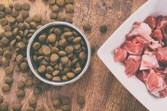 Het voedsel van de natuurlijke en droge hond stock foto's