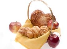 Het voedsel van het brood in een mand Stock Afbeeldingen