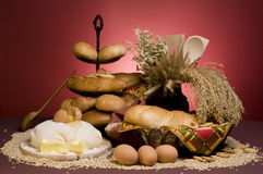 Het voedsel van het brood met deeg, graangewassen, boter, eieren Stock Fotografie