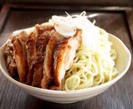 Het voedsel van Japan - noedel met kippenteriyaki Royalty-vrije Stock Foto