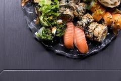Het voedsel van Japan Reeks broodjes met sojasaus, ingelegde gember, wasabi en eetstokjes royalty-vrije stock afbeeldingen