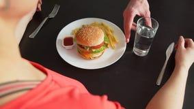 Het voedsel van Kelnerschanging fast aan Healhy-Voedsel stock videobeelden