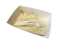 Het voedselafval op document platen met plastic messen en de vorken isoleren Royalty-vrije Stock Fotografie