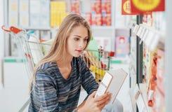 Het voedseletiketten van de vrouwenlezing stock foto's