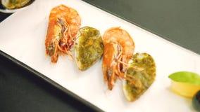 Het voedselstilist van het zeevruchtenrestaurant het dienende schikken stock video