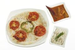 Het voedselui en tomaat van de zuiden Indische snack uttapam met sambar en chutney stock foto's