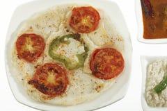 Het voedselui en tomaat van de zuiden Indische snack uttapam met sambar en chutney stock afbeeldingen