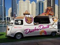 Het voedselvrachtwagen van Dunkindonuts op de Jachthaven van Doubai wordt geïnstalleerd om toeristen zoete behoeften tevreden te  stock foto's