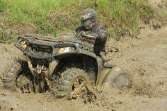 Het voertuig met vier wielenbestuurder van het ras in vulklei van modder Stock Foto