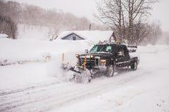 Het voertuig om wegen van sneeuw te ontruimen Stock Fotografie