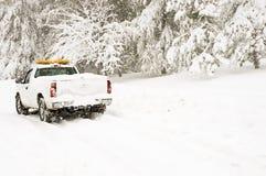 Het voertuig van de noodsituatie in sneeuwstorm Royalty-vrije Stock Foto's