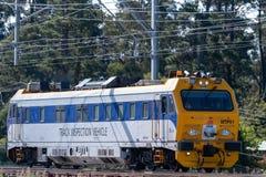 Het voertuig van de spoorinspectie voor NSW-het Spoor van de Staat reist langs de spoorwegsporen in de blauwe bergen op een inspe royalty-vrije stock foto