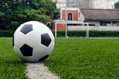 Het voetbal in gebiedsstadion in dorp op is Royalty-vrije Stock Foto's