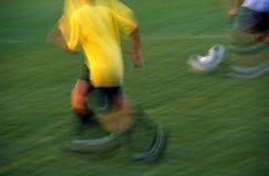 Het Voetbal van de jongen in Motie Stock Fotografie