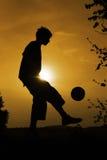 Het voetbal van de zonsondergang Stock Foto's