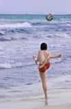 Het voetbal van het strand royalty-vrije stock foto's