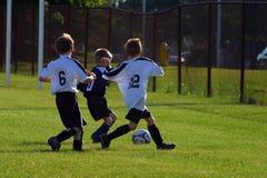 Het Voetbal van jonge geitjes Royalty-vrije Stock Foto