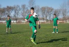 Het voetbal van jonge geitjes royalty-vrije stock fotografie