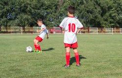 Het voetbal van jonge geitjes Royalty-vrije Stock Afbeeldingen