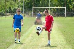 Het voetbal van meisjes stock foto's