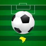 Het voetbalbal van Brazilië op groene achtergrond Stock Afbeeldingen