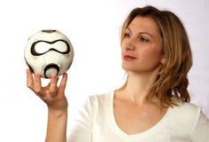 Het voetbalbal van de holding Royalty-vrije Stock Afbeeldingen