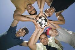 Het Voetbalbal van de vriendenholding samen in Wirwar royalty-vrije stock afbeelding