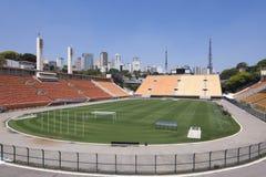 Het voetbalgebied en tribunes van het Pacaembustadion Stock Fotografie