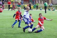 Het voetbalgelijke van jonge geitjes Stock Foto's